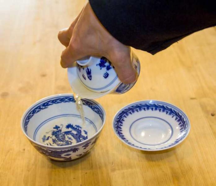 Nalévání čaje z gaiwanu